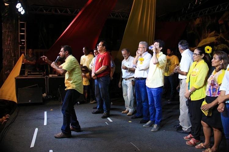 15.out.2014 - Acompanhado pelo senador Randolfe Rodrigues (PSOL), o candidato Camilo Capiberibe (PSB) participa de ato político no bairro de Congós, em Macapá