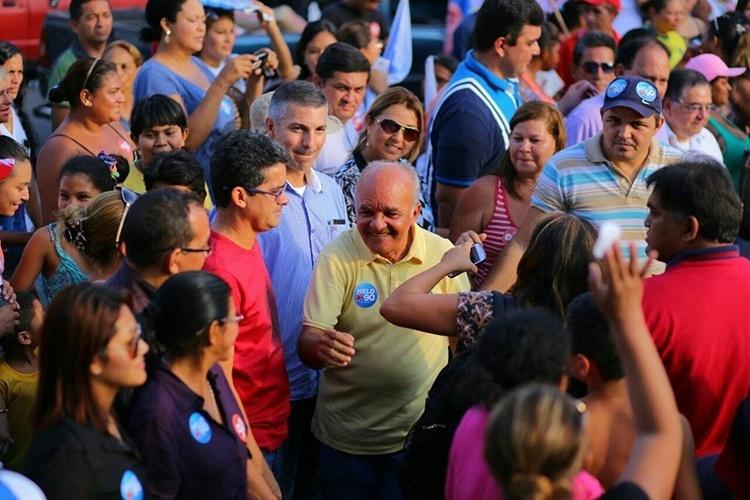 15.out.2014 - O candidato à reeleição, o governador José Melo (PROS), realizou uma caminhada pelo bairro Colônia Oliveira Machado, em Manaus