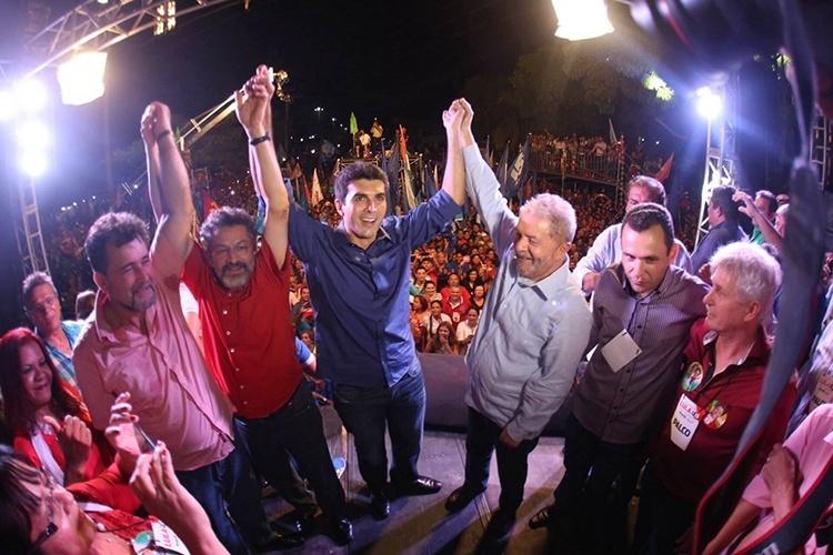 15.out.2014 - O candidato ao governo do Pará pelo PMDB, Helder Barbalho, realizou um comício ao lado do ex-presidente Luiz Inácio Lula da Silva na cidade de Ananindeua, localizada à 19 km de Belém