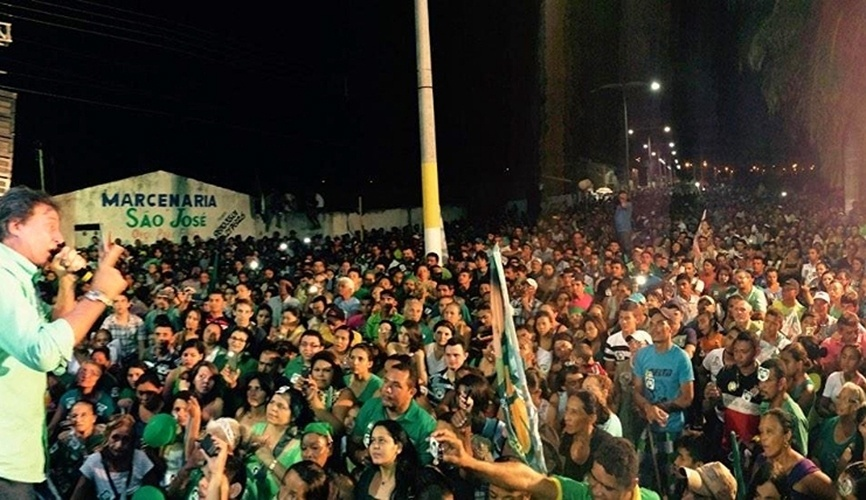 15.out.2014 - O candidato do PMDB, Eunício Oliveira, realizou um comício em Milagres, no sertão do Cariri