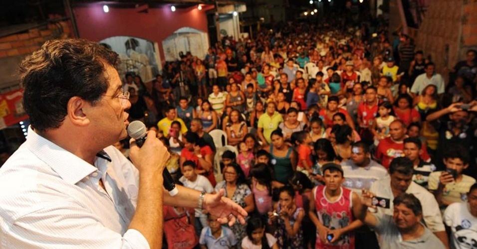 15.out.2014 - O senador Eduardo Braga, candidato ao governo do Amazonas pelo PMDB, visitou quatro bairros diferentes de Manaus nesta quarta-feira, e terminou a caminhada política em uma reunião com moradores do bairro da Compensa