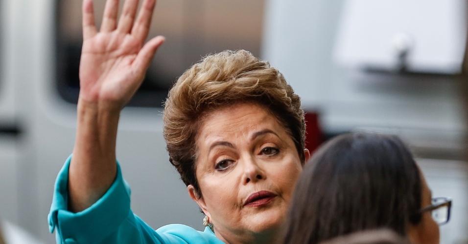 16.out.2014 - A presidente Dilma Rousseff, candidata à reeleição pelo PT, acena durante chegada aos estúdios do SBT, em São Paulo para participar de debate do segundo turno das eleições, promovido pelo UOL, SBT e Jovem Pan, nesta quinta-feira (16)