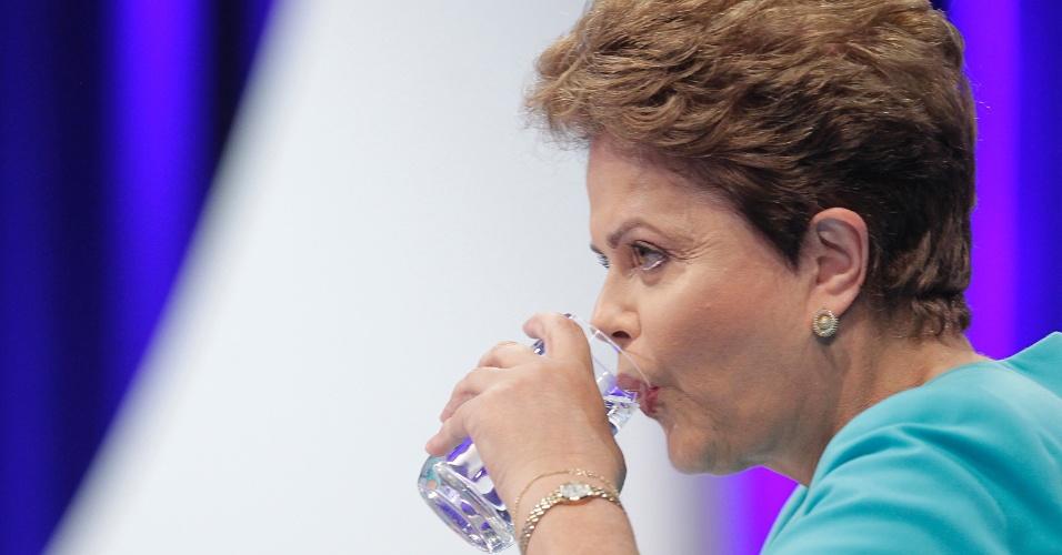 16.out.2014 - A presidente Dilma Rousseff, candidata à reeleição pelo PT, bebe água durante debate do segundo turno das eleições, promovido pelo UOL, SBT e Jovem Pan, nesta quinta-feira (16), no SBT, em São Paulo