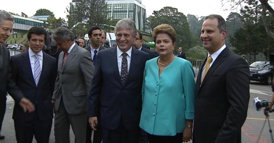 16.out.2014 - A presidente Dilma Rousseff, candidata à reeleição pelo PT, chega aos estúdios do SBT, em São Paulo, para participar de debate do segundo turno das eleições, promovido pelo UOL, SBT e Jovem Pan, nesta quinta-feira (16)