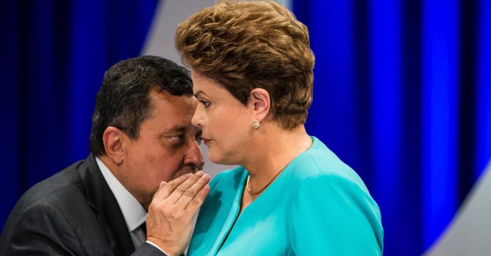 16.out.2014 - A presidente Dilma Rousseff, candidata à reeleição pelo PT, conversa com assessor de campanha durante intervalo de debate do segundo turno das eleições, promovido pelo UOL, SBT e Jovem Pan, nesta quinta-feira (16), no SBT, em São Paulo