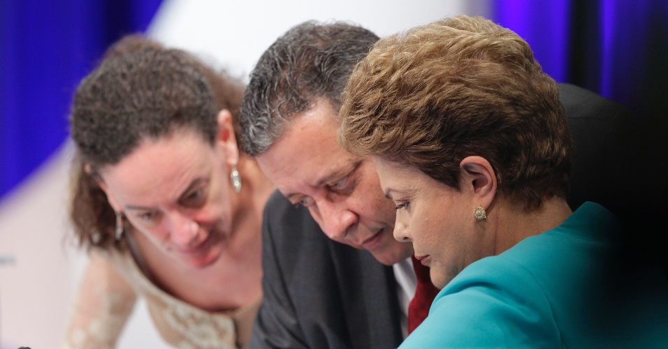 16.out.2014 - A presidente Dilma Rousseff, candidata à reeleição pelo PT, conversa com assessores de campanha durante intervalo de debate do segundo turno das eleições, promovido pelo UOL, SBT e Jovem Pan, nesta quinta-feira (16), no SBT, em São Paulo