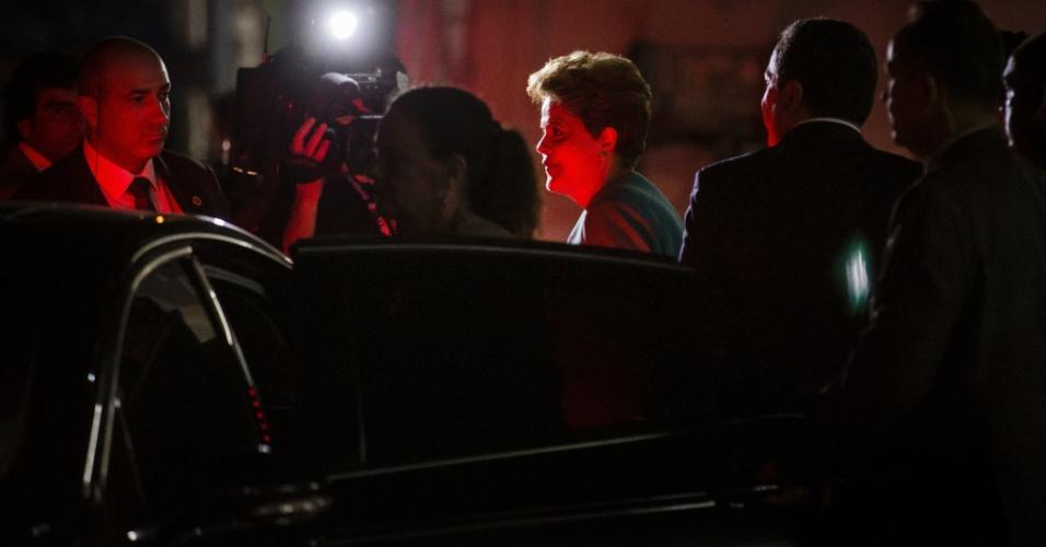 16.out.2014 - A presidente Dilma Rousseff, candidata à reeleição pelo PT, deixa os estúdios do SBT, em São Paulo, após debate com o candidato Aécio Neves (PSDB) promovido pelo UOL, SBT e Jovem Pan, nesta quinta-feira (16)