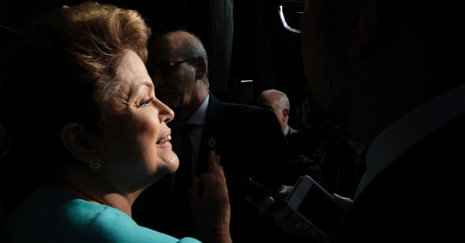 16.out.2014 - A presidente Dilma Rousseff, candidata à reeleição pelo PT, deixa os estúdios do SBT, em São Paulo, após debate do segundo turno, promovido pelo UOL, SBT e Jovem Pan, nesta quinta-feira (16)