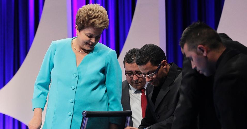 16.out.2014 - A presidente Dilma Rousseff, candidata à reeleição pelo PT, testa cadeira que teve problema durante debate do segundo turno das eleições, promovido pelo UOL, SBT e Jovem Pan, nesta quinta-feira (16), no SBT, em São Paulo