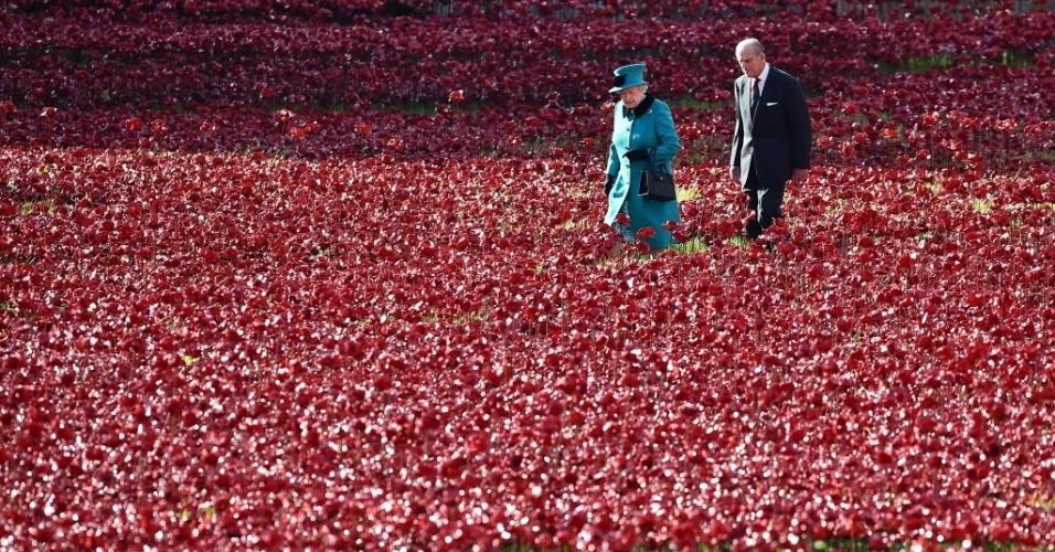 16.out.2014 - A rainha Elizabeth 2ª e seu marido, príncipe Philip, duque de Edimburgo, visitaram a instalação de arte