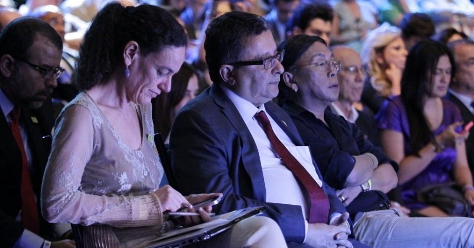16.out.2014 - Assessores da campanha de Dilma Rousseff (PT) assistem ao debate do segundo turno entre os candidatos à Presidência, promovido pelo UOL, SBT e Jovem Pan, nesta quinta-feira (16), em estúdio do SBT, em São Paulo