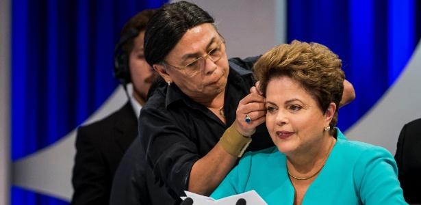 16.out.2014 - Celso Kamura, um dos cabeleireiros da presidente Dilma Rousseff, ajeita o cabelo da candidata à reeleição pelo PT durante debate no SBT