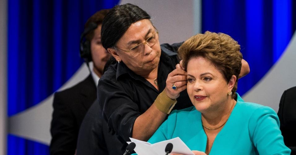 16.out.2014 - Celso Kamura, cabeleireiro da presidente Dilma Rousseff, ajeita o cabelo da candidata à reeleição pelo PT durante debate nesta quinta-feira (16), no estúdio do SBT, em São Paulo