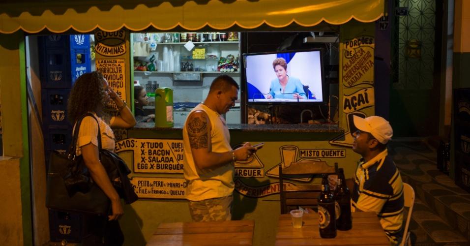 16.out.2014 - Eleitores assistem ao debate do segundo turno dos candidatos à Presidência da República em lanchonete no Rio de Janeiro, nesta quinta-feira (16). O debate foi promovido pelo UOL, SBT e Jovem Pan