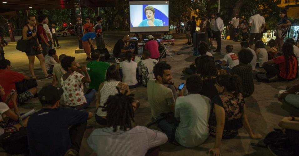 16.out.2014 - Eleitores assistem ao debate entre os candidatos à Presidência da República Dilma Rousseff (PT) e Aécio Neves (PT), promovido pelo UOL, SBT e Jovem Pan, nesta quinta-feira (16), na praça Roosevelt, no centro de São Paulo