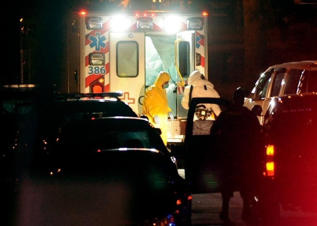 Enfermeira Amber Vinson (à esq. de amarelo) desce de uma ambulância no hospital da Univerisdade de Emory, em Atlanta, Georgia, nos Estados Unidos, nesta quarta-feira (15), para tratamento contra o ebola. Amber é a segunda enfermeira do hospital Presbiteriano de Dallas a ser infectada pelo vírus. De acordo com a agência de notícias Reuters, Amber tem 29 anos e chegou a pegar um voo da Frontier Airlines de Cleveland para Dallas em 13 de outubro, um dia antes de apresentar os sintomas da infecção