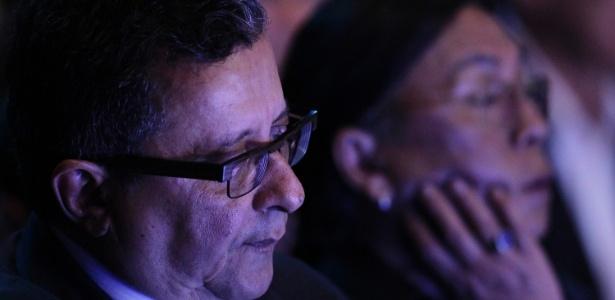 João Santana, marqueteiro da campanha de Dilma Rousseff, assiste ao debate do segundo turno m 2014