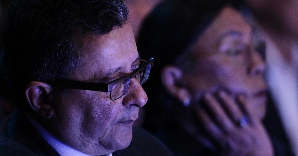 16.out.2014 - João Santana, marqueteiro da campanha de Dilma Rousseff, assiste ao debate do segundo turno entre os candidatos à Presidência, promovido pelo UOL, SBT e Jovem Pan, nesta quinta-feira (16), em estúdio do SBT, em São Paulo