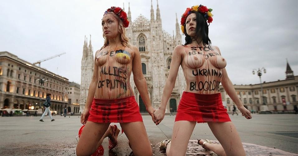 16.out.2014 - Membros do grupo ativista Femen (incluindo a líder da organização, Inna Shevchenko, à esquerda) protestam na praça del Duomo, diante da catedral de Milão, contra a participação da Rússia na guerra no leste da Ucrânia, em razão da participação do presidente russo, Vladimir Putin, no 10º Encontro Ásia-Europa, nesta quinta-feira (16). Putin e o presidente ucraniano, Petro Poroshenko, terão, no primeiro dia da cúpula, o terceiro encontro desde o início das tensões na Ucrânia