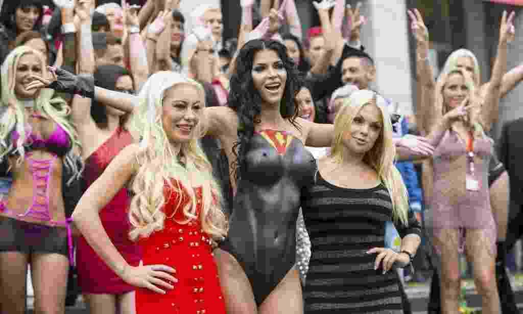 16.out.2014 - Modelos e atrizes eróticas participam da feira Vênus, em Berlim, Alemanha. O evento é um dos maiores do gênero erótico do mundo. A feira acontece de 16 a 19 de outubro - Hannibal Hanschke/Reuters