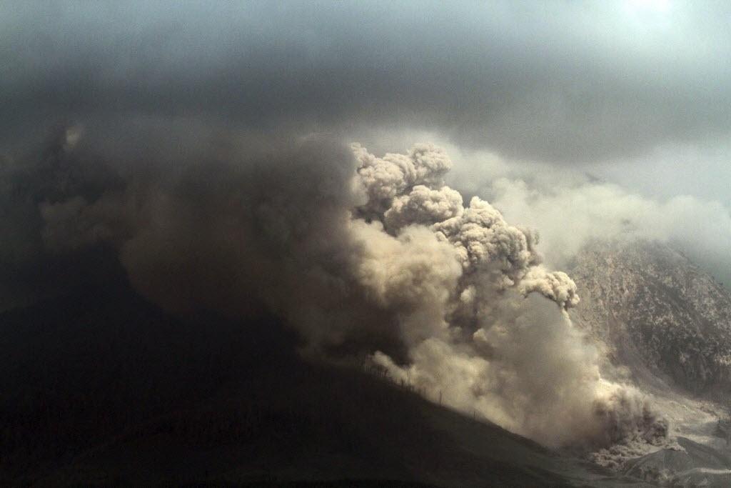 16.out.2014 - Nuvem de fumaça emana do vulcão Sinabung, na Indonésia, nesta quinta-feira (16). O vulcão, situado na ilha de Sumatra, entrou em erupção em agosto de 2010 pela primeira vez em 400 anos, e está particularmente ativo desde setembro. Mais de 25 mil pessoas tiveram que ser evacuadas desde então pelas repetidas erupções de lava, rochas e cinza