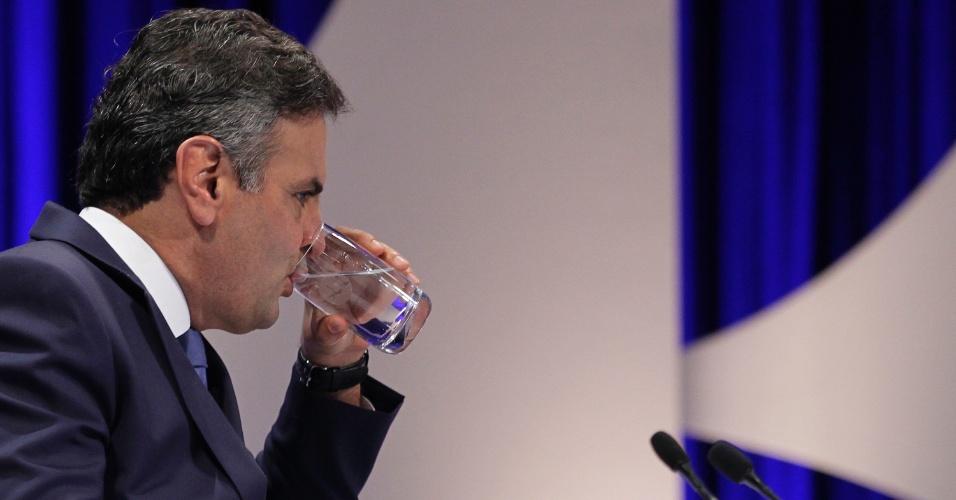 16.out.2014 - O candidato à Presidência da República pelo PSDB, Aécio Neves, bebe água durante debate do segundo turno das eleições, promovido pelo UOL, SBT e Jovem Pan, nesta quinta-feira (16), no SBT, em São Paulo