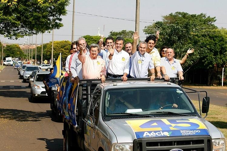 16.out.2014 - O candidato ao governo do Mato Grosso do Sul pelo PSDB, Reinaldo Azambuja, participou de carreata no município de Naviraí, acompanhado pelo governador eleito no Paraná, Beto Richa