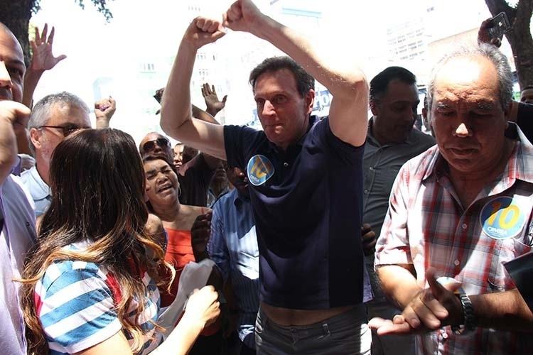 16.out.2014 - O candidato do PRB ao governo do Rio de Janeiro, Marcelo Crivella, faz panfletagem na rua Uruguaiana e caminhada na Saara, no centro do Rio de Janeiro (RJ), na manhã desta quinta-feira