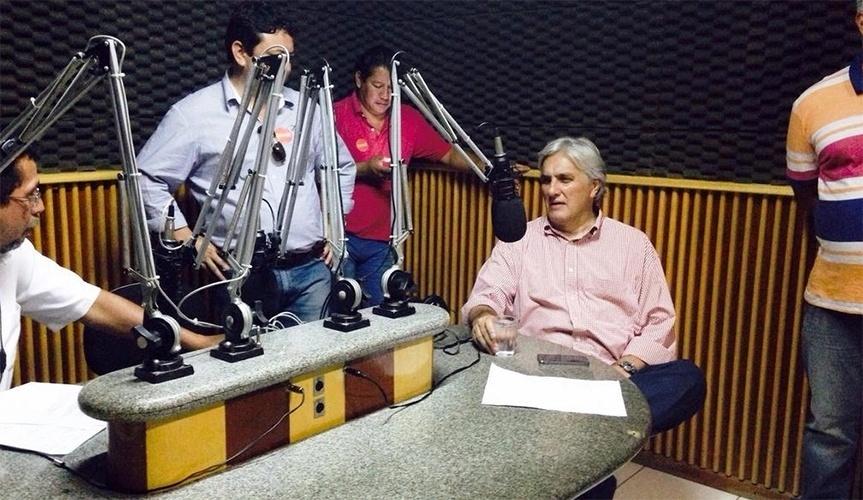 16.out.2014 - O candidato do PT ao governo do Mato Grosso do Sul, Delcídio do Amaral, concede entrevista à rádio Cacique, da cidade de Nova Andradina