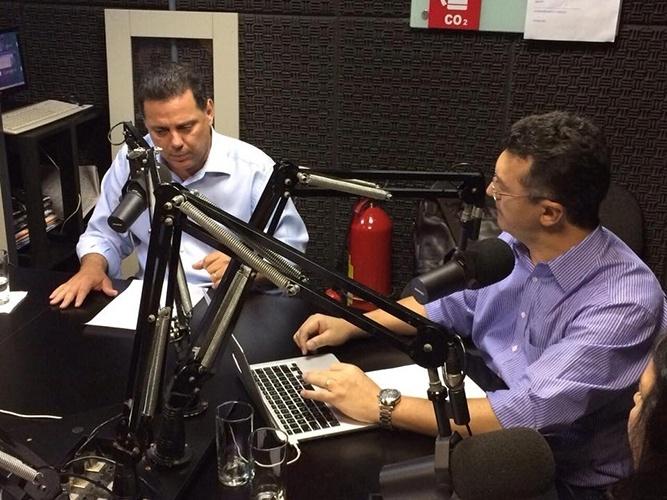 16.out.2014 - O governador de Goiás e candidato à reeleição pelo PSDB, Marconi Perillo, concedeu entrevista à rádio Vinha 91,9 FM, em Goiânia