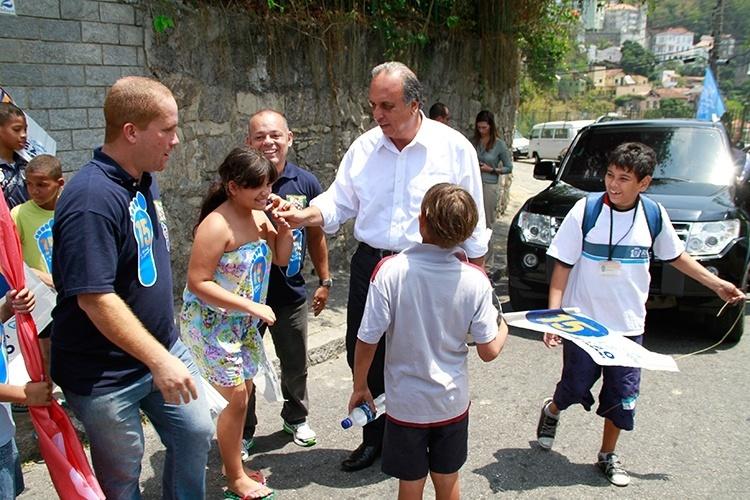 16.out.2014 - O governador do Rio e candidato a reeleição pelo PMDB, Luiz Fernando Pezão, visita a comunidade Santo Amaro na Glória, na zona sul do Rio de Janeiro