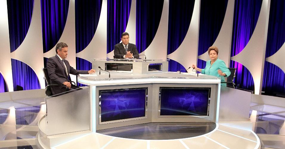 16.out.2014 - Os candidatos à Presidência da República Aécio Neves (PSDB) e Dilma Rousseff (PT) participam de debate do segundo turno, promovido pelo UOL, SBT e Jovem Pan, nesta quinta-feira (16), em estúdio do SBT, em São Paulo