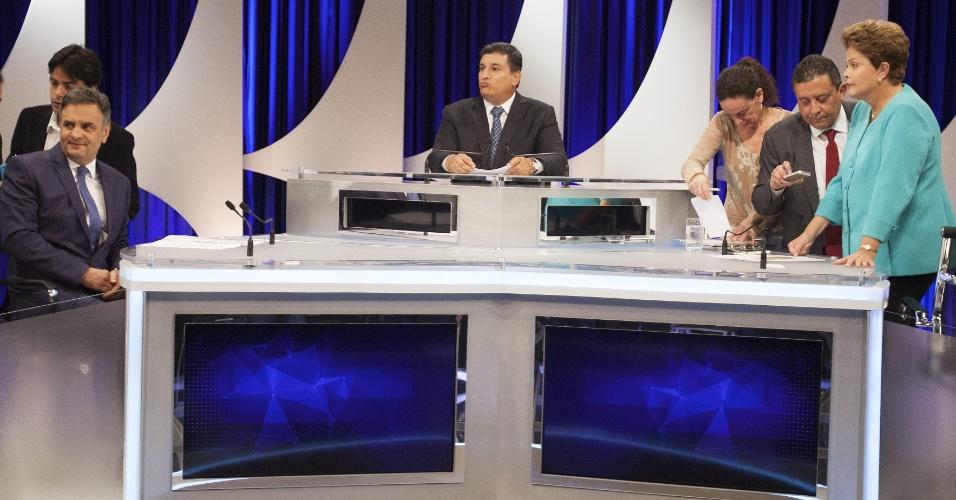 16.out.2014 - Os candidatos à Presidência da República Aécio Neves (PSDB) e Dilma Rousseff (PT) se acomodam no estúdio do SBT durante debate do segundo turno, promovido pelo UOL, SBT e Jovem Pan, nesta quinta-feira (16), no SBT, em São Paulo