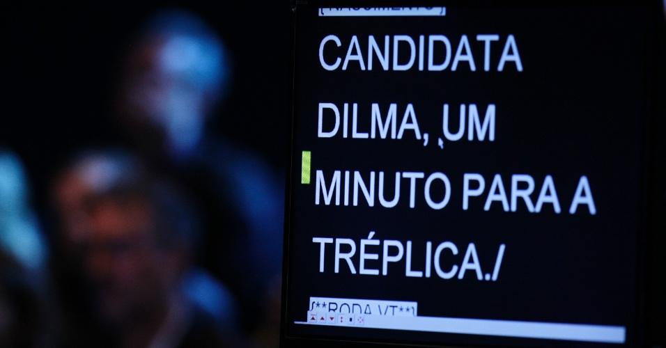 16.out.2014 - Tela informa à candidata Dilma Rousseff (PT) sobre o teu tempo para tréplica durante debate do segundo turno, promovido pelo UOL, SBT e Jovem Pan, nesta quinta-feira (16), em estúdio do SBT, em São Paulo