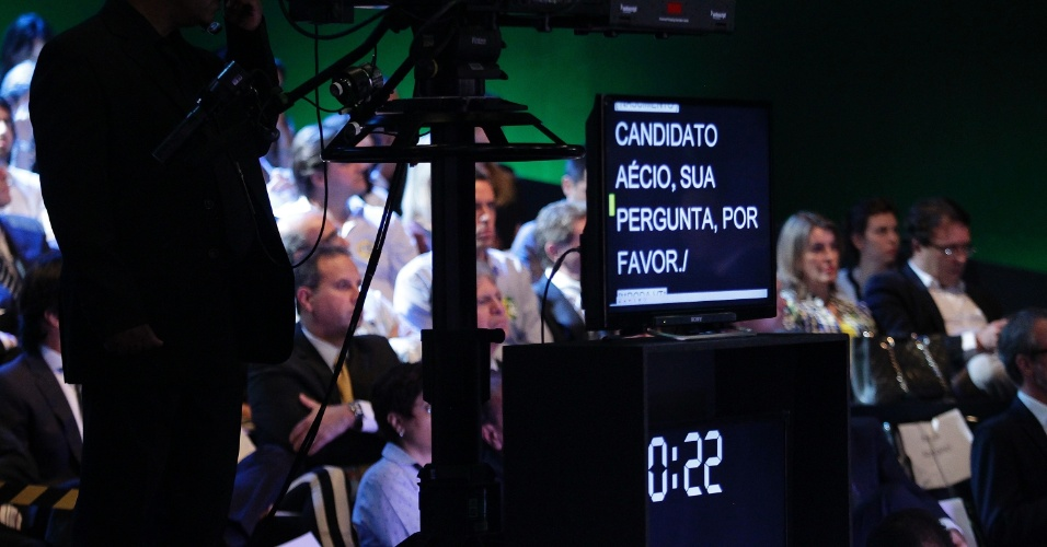 16.out.2014 - Tela pede para que o candidato Aécio Neves (PSDB) faça sua pergunta durante debate entre presidenciáveis promovido pelo UOL, SBT e Jovem Pan, nesta quinta-feira (16), em estúdio do SBT, em São Paulo