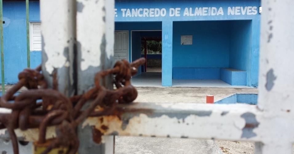 A escola municipal Tancredo de Almeida Neves, no povoado Marruá, em Alagoas, está fechada por falta de alunos. Os poucos alunos da região são levados por transporte escola para outros três colégios do município de São José da Tapera