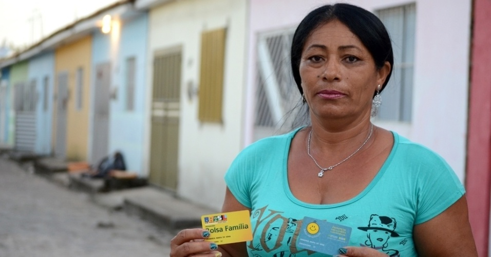 """Beneficiária 1 do Bolsa Alimentação, a desempregada Ermanda Maria de Sena, 48, hoje mora em Teotonio Vilela (AL) e diz que vota em Dilma por achar que """"ela está bem"""""""