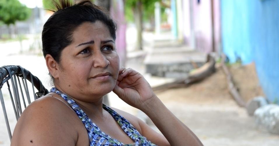 """Eleitora de Dilma Rousseff, Claudenilda dos Santos, 38, recebe o Bolsa Família, mas lamenta o valor pago, de R$ 112: """"É muito pouco"""", diz a moradora de São José da Tapera (AL)"""