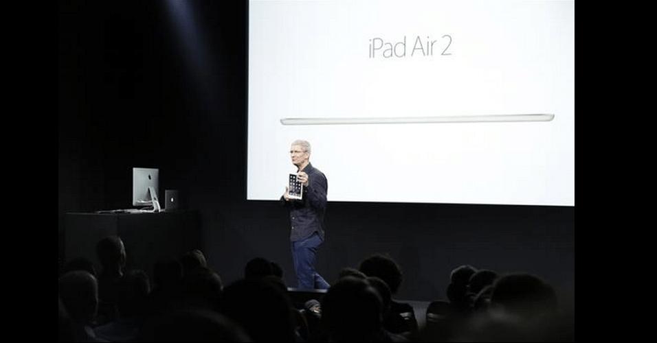 Tim Cook, CEO da Apple, apresenta o iPad Air 2 durante evento da marca