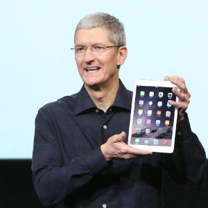 Tim Cook, CEO da Apple, apresenta o iPad Air 2 durante evento da marca - Robert Galbraith/Reuters
