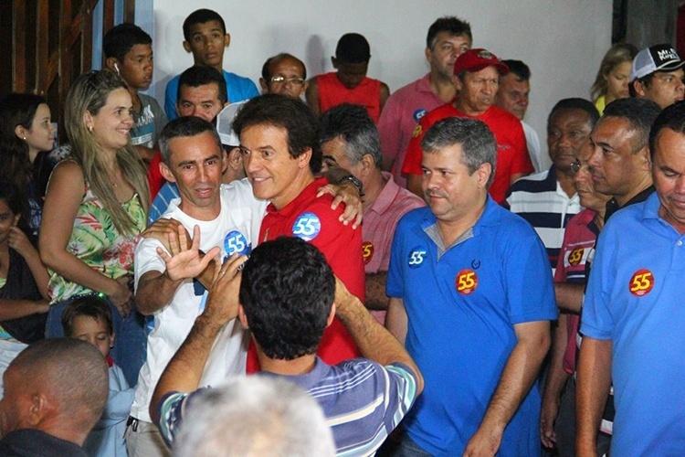 16.out.2014 - O atual vice-governador e candidato do PSD ao governo do Rio Grande do Norte, Robinson Faria, abraça eleitor durante comício na cidade de Rio de Fogo