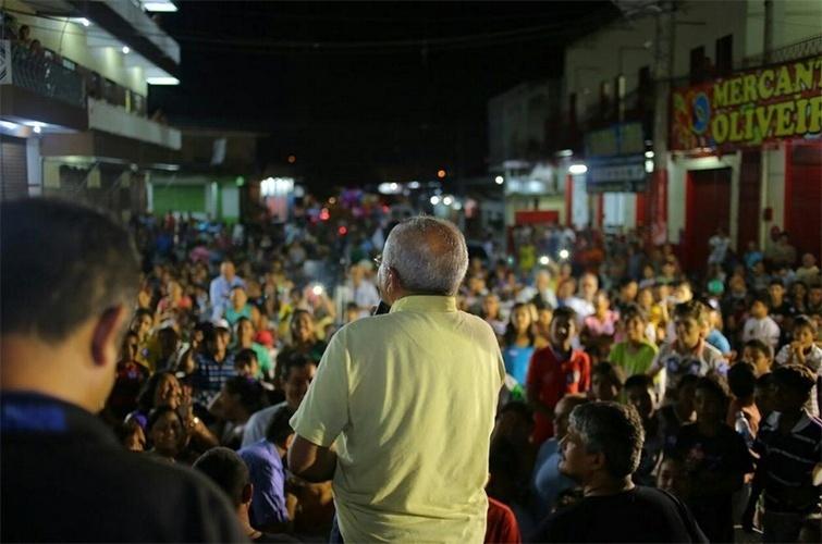 16.out.2014 - O candidato à reeleição, o governador José Melo (PROS), participou de um ato político no bairro Alfredo Nascimento, em Manaus