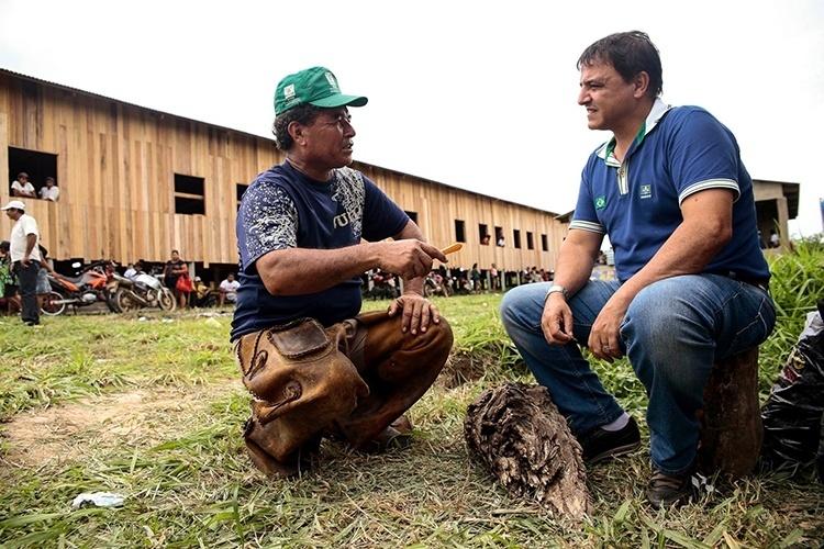 16.out.2014 - O candidato ao governo do Acre pelo PSDB, Marcio Bittar, conversa com eleitor durante visita ao ramal Tupá, na cidade de Xapuri