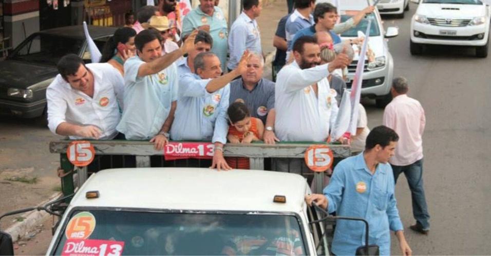 16.out.2014 - O candidato do PMDB ao governo de Goiás, Iris Rezende, realiza carreata na cidade de Aparecida de Goiânia, localizada à 15 km de Goiânia