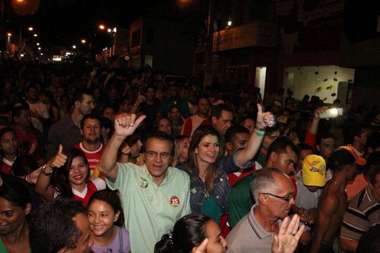 16.out.2014 - O candidato do PMDB ao governo do Rio Grande do Norte, Henrique Alves, participa de caminhada na cidade de Ceará-Mirim