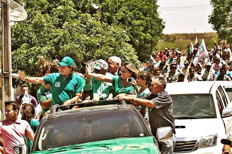 16.out.2014 - O candidato do PMDB, Eunício Oliveira, realiza carreata nos municípios de Nova Olinda, Araripe e Potengi