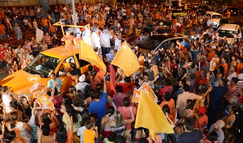 16.out.2014 - O governador e candidato à reeleição Ricardo Coutinho (PSB) participou de uma carreata na cidade de Catolé do Rocha, onde foi recebido pelos ex-prefeitos Edvaldo Caetano (PR), Lauro Maia (PMDB) e Biu Fernandes (PSB)