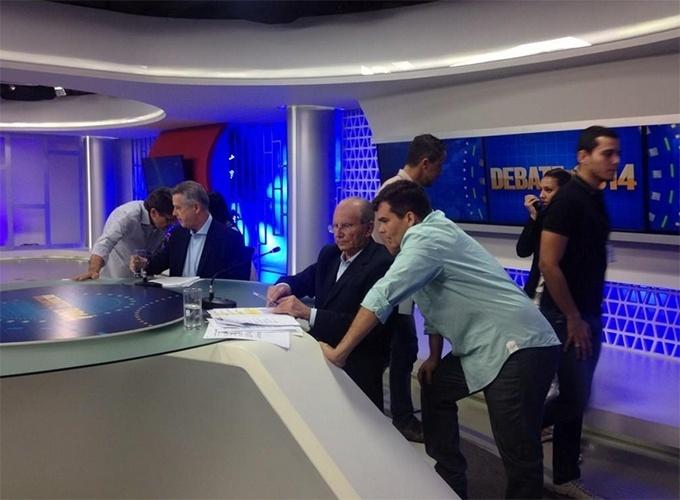16.out.2014 - Os candidatos Rodrigo Rollemberg (PSB) e Jofran Frejat (PR) conversam com assessores durante debate realizado pelo Correio Braziliense e a TV Brasília