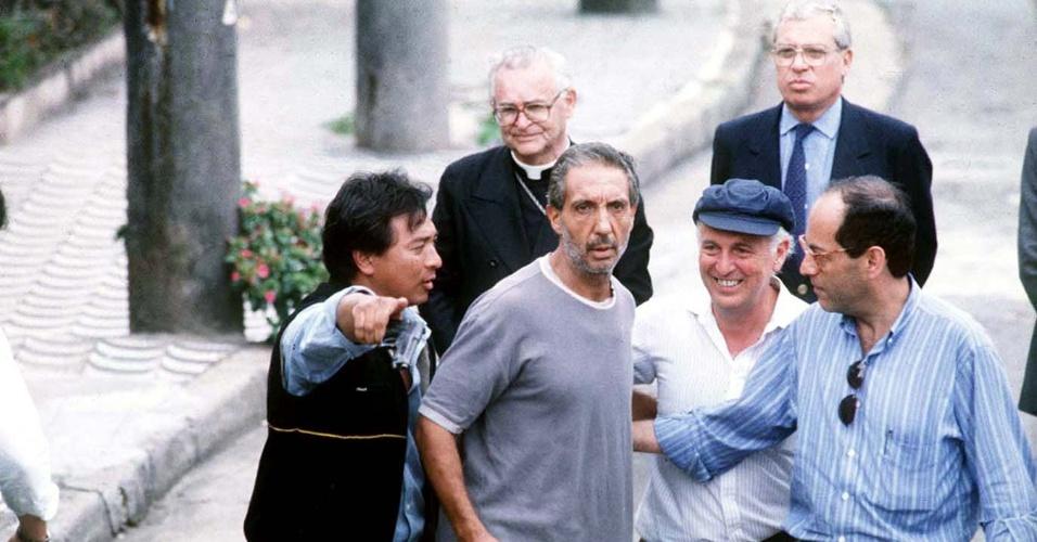 17.dez.1989 - O empresário Abilio Diniz sai do cativeiro após seis dias de sequestro com o cardeal Dom Paulo Evaristo Arns (atrás) e Luís Carlos Bresser Pereira (de boné)