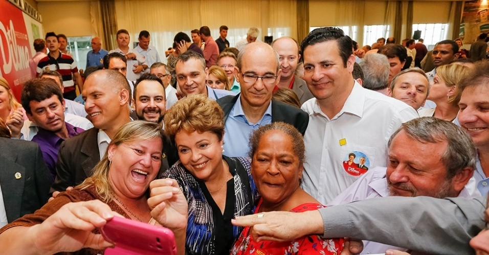 17.out.2014 - A presidente da República Dilma Rousseff, candidata à reeleição pelo PT, tira selfie durante ato de mobilização com lideranças políticas em Florianópolis (SC), na manhã desta sexta-feira. Com medo de ataques, o GSI (Gabinete de Segurança Institucional), que coordena a segurança de Dilma, cancelou uma visita ao morro do Maciço do Morro da Cruz